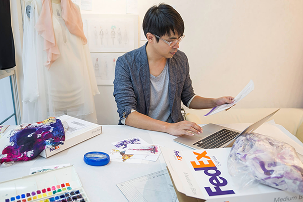 Asian man works - Fedex SMEs - driving force of the korean economy