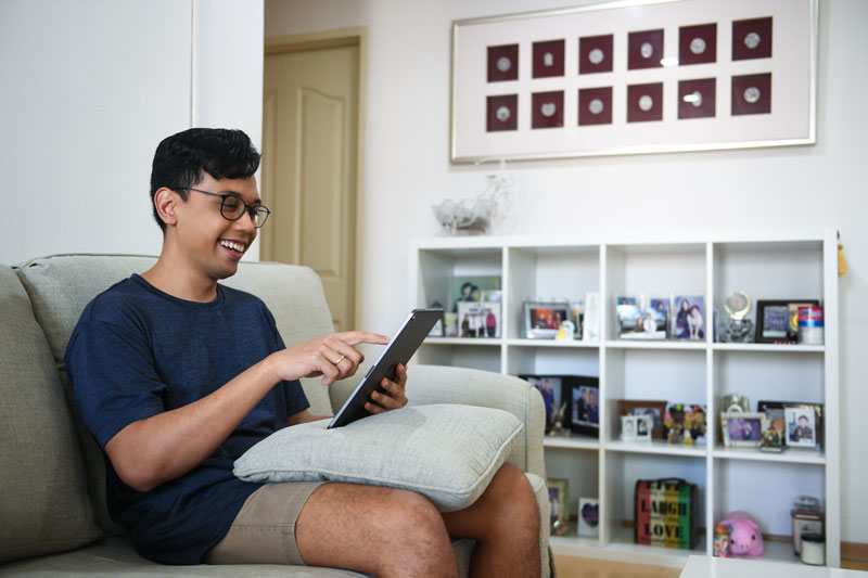 man-are-playing-his-ipad-on-the-sofa